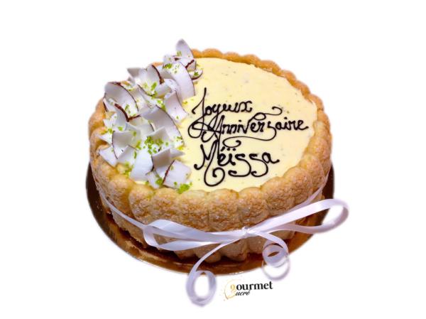 GourmetSucré vous propose le Méissa, composé d'un biscuit cuillière, d'une bavaroise citron vert et d'un confit de noix de coco maison.